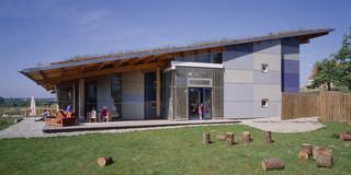 Neubau, Beton-Holz-Tragwerk, Holzfassade, Glasfassade, Dachbegrünung, Garten, Terrasse, Öffentliche Hand, Kindergarten, Kindertagesstätte, Mehrzweckraum